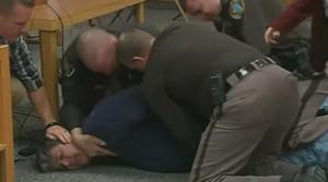 El pare de dues de les víctimes intenta agredir el metge Larry Nassar
