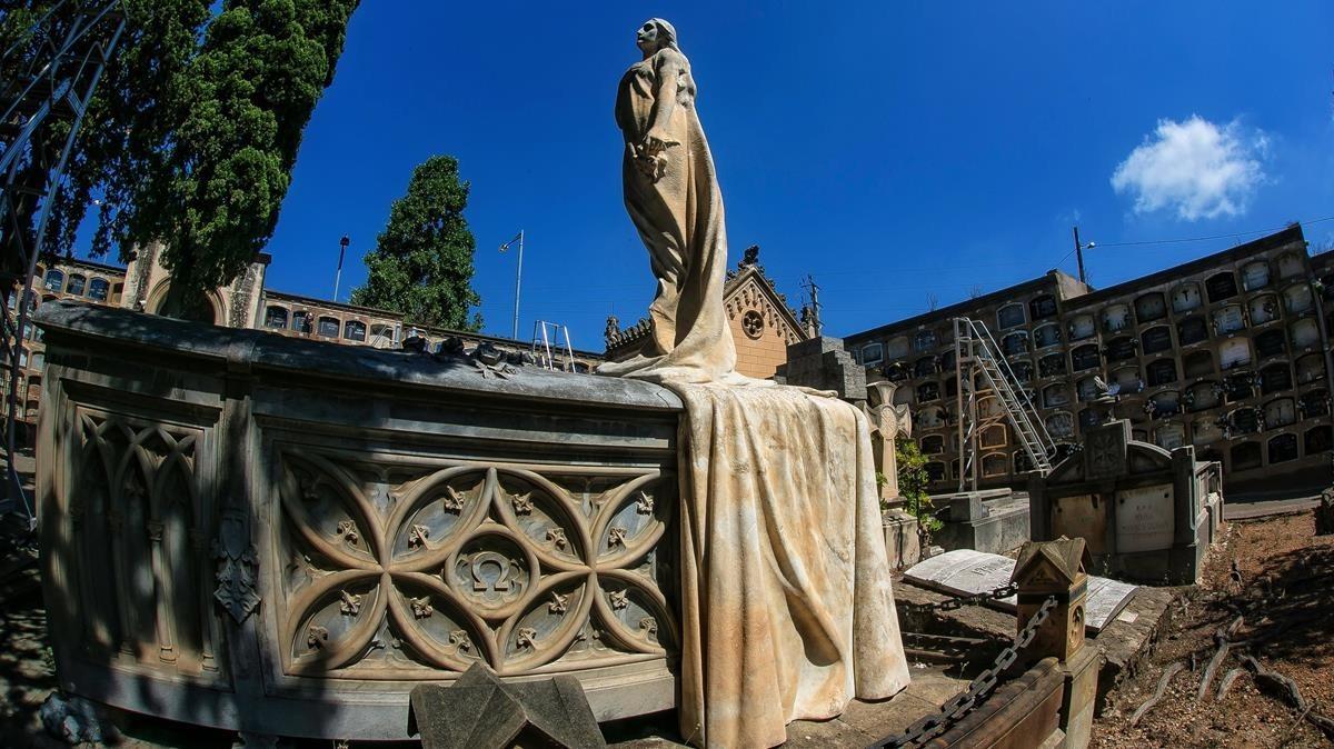 El panteón de la familia de Sans Bernet con la escultura de Enric Clarasó.