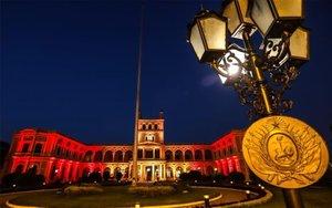 Palacio de Gobierno de Paraguay iluminado con los colores de la bandera de España.