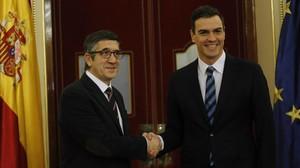 Patxi López y Pedro Sánchez, este lunes en el Congreso.