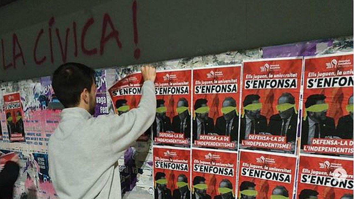 Pegada de carteles contra la apropiación independentista de las universidades catalanas, este lunes.