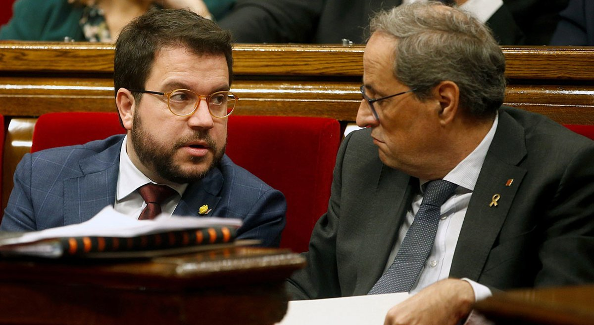 Pere Aragonès conversa con Quim Torra,en la primera sesión de control del Govern tras las elecciones generales, el miércoles pasado.