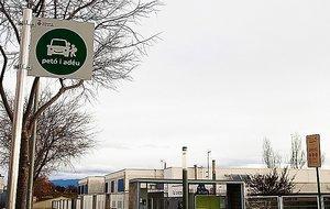 'Beso y adiós'se ha impulsado para descongestionar los espacios de acceso a los centros que, en horario de entrada y salida, se ven a menudo bloqueados por un gran número de vehículos.