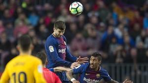 Piqué despeja el balón de cabeza en el duelo contra el Atlético de Madrid.