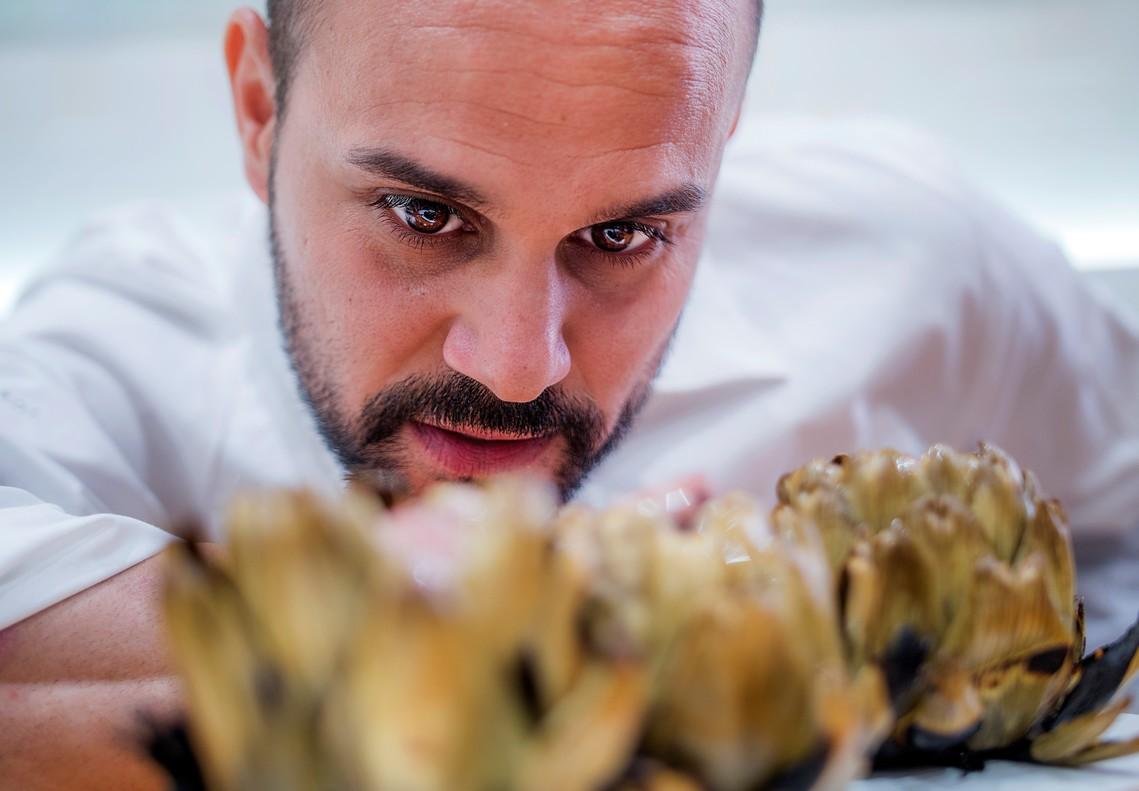 Alberto Alguacil, chef del restaurante El Pou de la Beleta, con su producto fetiche: la alcachofa.