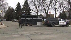 Policía en la inmediaciones de la fábrica donde se produjo el tiroteo mortal.