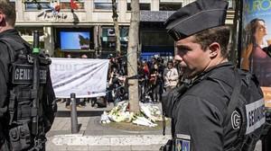 La policia vigila el lugar en el que fue asesinado anoche un policia durante un ataque yihadista.