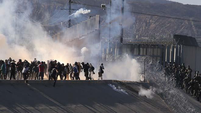 Policías de Estados Unidos dispersan a los inmigrantes con gas lacrimógeno en Tijuana.