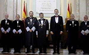 El presidente del Supremo, Carlos Lesmes, a la derecha del Rey, y Luis María Díez-Picazo, a la izquierda del Monarca, en un acto judicial.