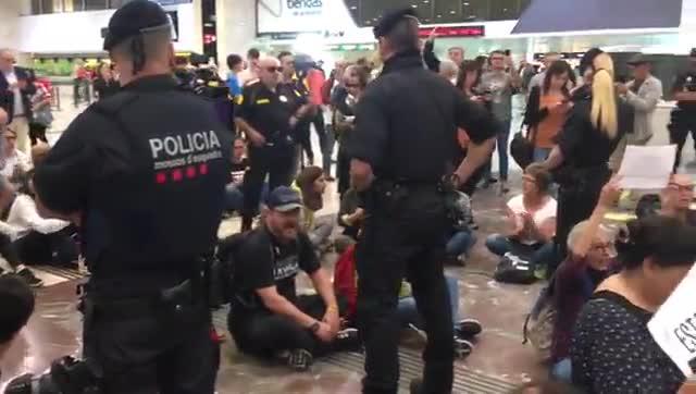 Protesta independentista en el vestíbulo de la estación de Sants.