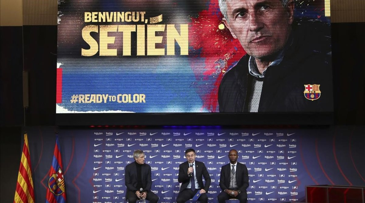 Quique Setién,Josep María Bartomeu y Eric Abidal, en el acto de presentación del nuevo técnico del Barça.