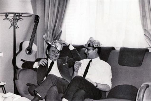 René Goscinny (con careta de Astérix) y Albert Uderzo (con la de Obélix), fotografiados por Roger Picherie para Paris Match en 1966.