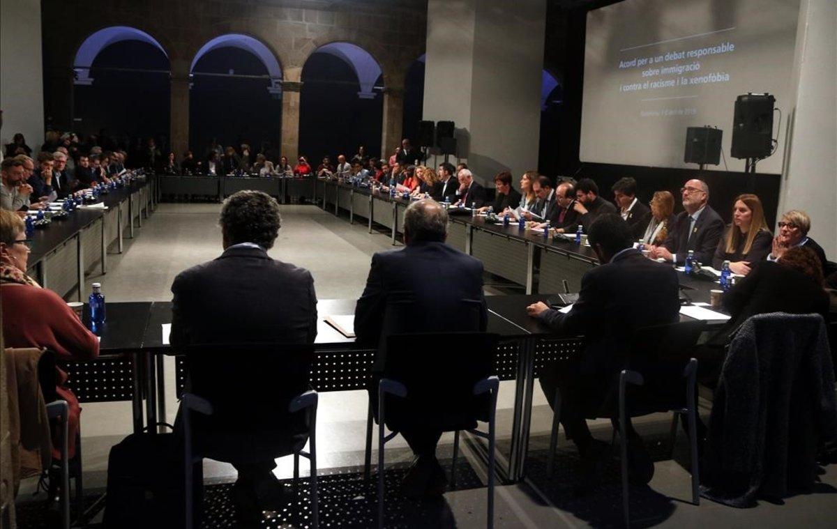 Reunión de la Mesa de partidos y entidades contra el racismo, este lunes, en el Ars Santa Mònica.