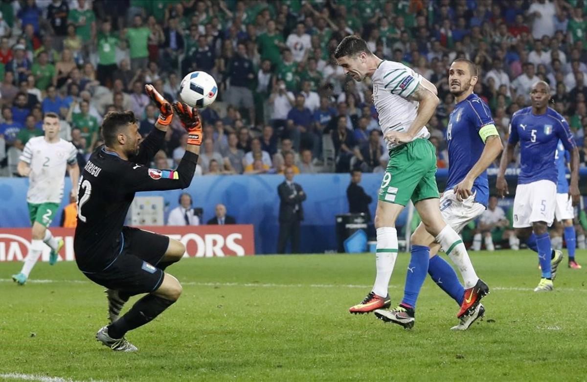 Robbie Brady anotasu primer gol en el Italia- República de Irlanda.