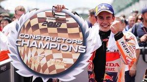 Márquez provoca la caiguda de Rossi i corona Honda