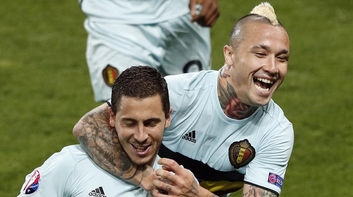 Nainggolan (derecha) celebra junto a Hazard uno de los goles de Bélgica ante Hungría.