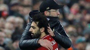 Klopp se abraza con Salah tras ser sustituido en la recta final del partido ante el Crystal Palace.