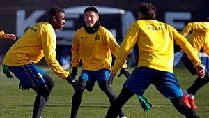 Wu Lei, en el centro junto a Alfa Semedo, en un entrenamiento del Espanyol.