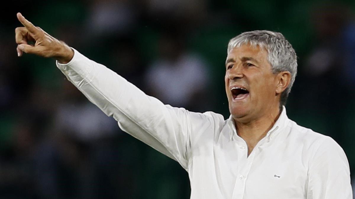 Setién da instrucciones a sus jugadores en un partido del Betis contra el Espanyol del pasado abril.