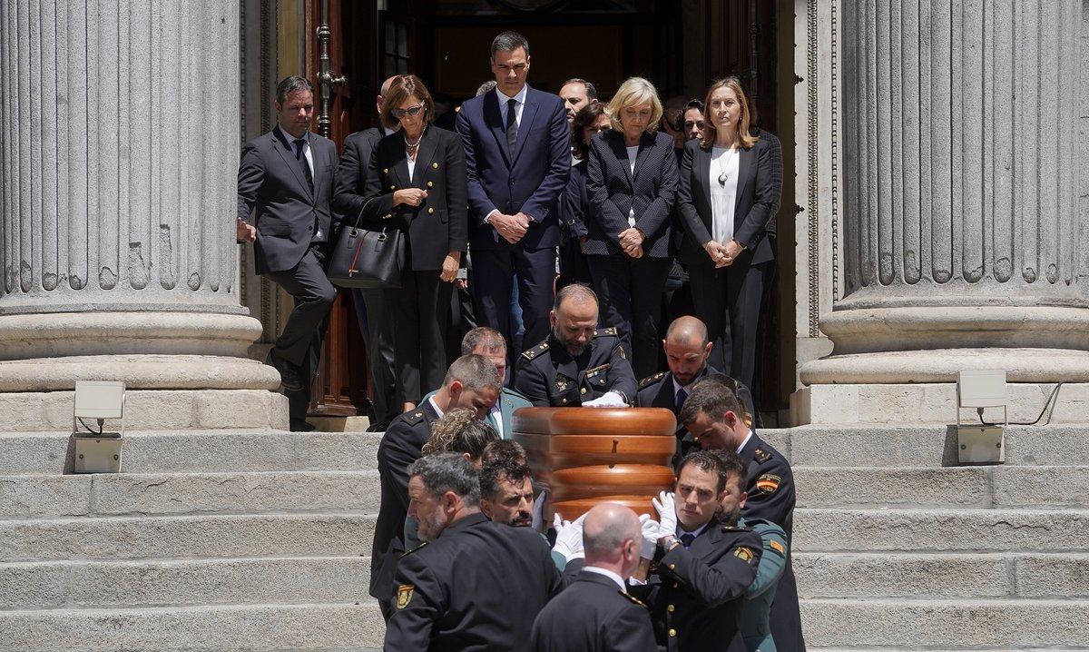 Salida de los restos mortales de Alfredo Pérez Rubalcaba del Congreso de los Diputados.