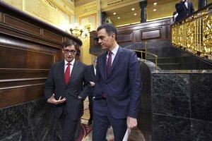 Salvador Illa conversa con Pedro Sánchez en el Congreso.