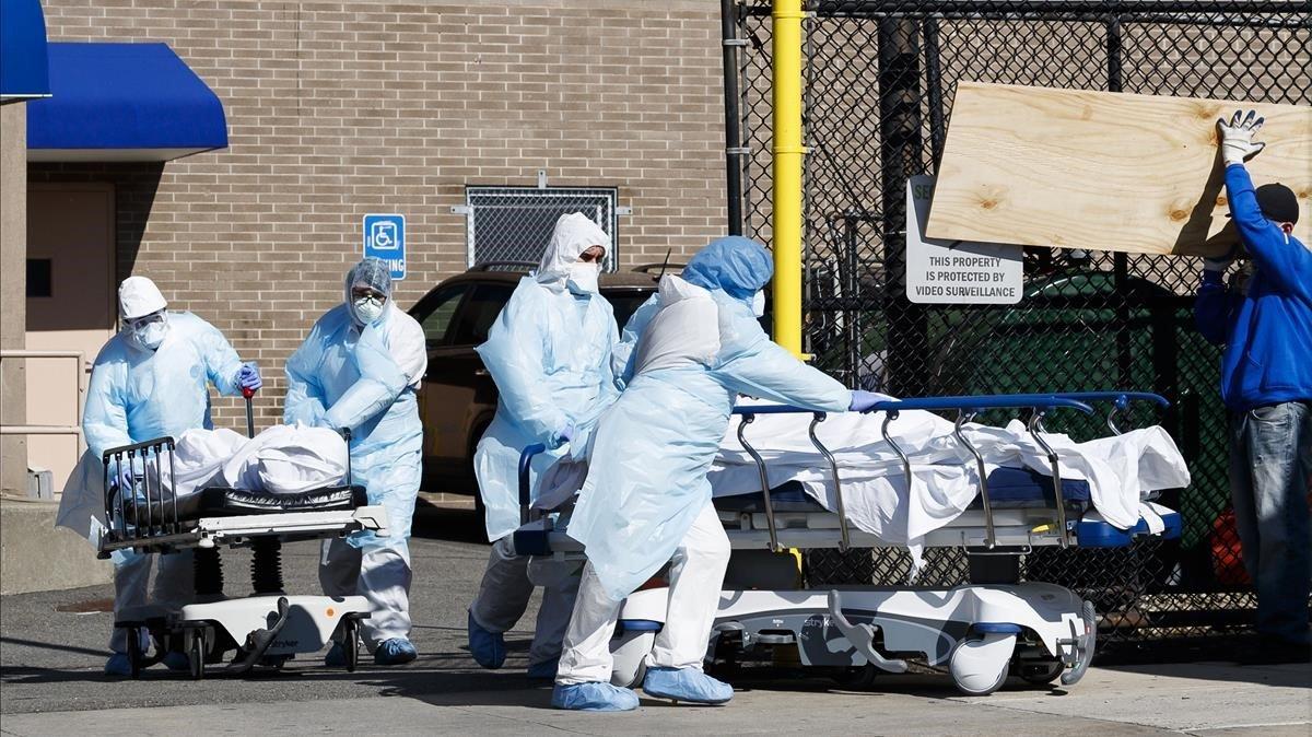Sanitarios transportan unas camillas con pacientes en Nueva York, el pasado 6 de abril.