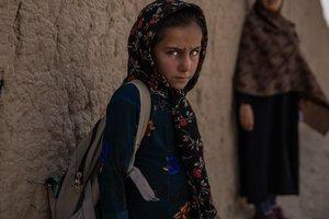 Ghazal tiene 8 años y es de Afganistán. Tiene miedo de las bombas cada vez que va a la escuela.
