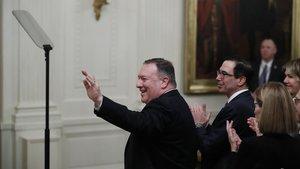 El secretario de Estado de EEUU, Mike Pompeo (izquierda), saluda tras recibir el reconocimiento de Donald Trump durante la conferencia de paz sobre Oriente Próximo, este martes, en Washington.