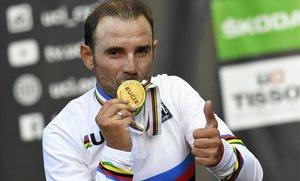 Alejandro Valverde besa sobre el podio de Innsbruck la medalla de oro.