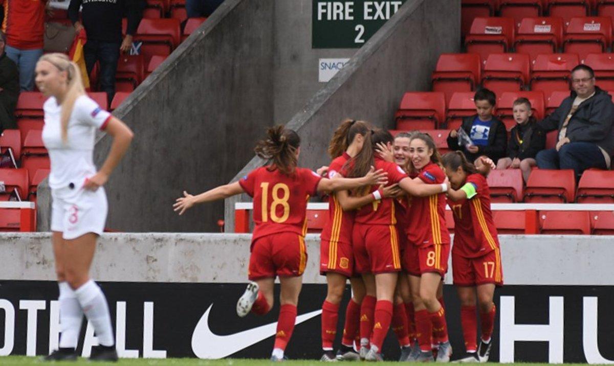 La selección sub-19 celebra el gol de Carmona a Inglaterra.