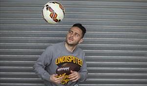 Sergio García juega con un balón tras un entrenamiento en Sant Adrià.