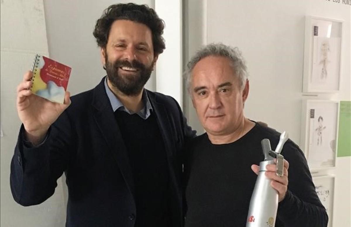 Calabuig y Adrià posaron ayer juntos para celebrar los 20 años en que lanzaron el sifón reinventado para las cocinas.