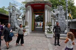 Soldados vigilan un templo de Bangkok, Tailandia.