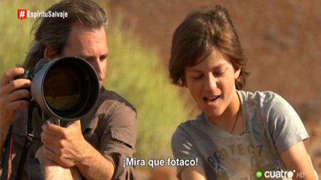 Unai Canela, con su padre, Andoni, en Namibia, en el programa Espíritu salvaje, de Cuatro.