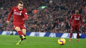 El suizo del Liverpool Shaqiri marca su segundo gol.