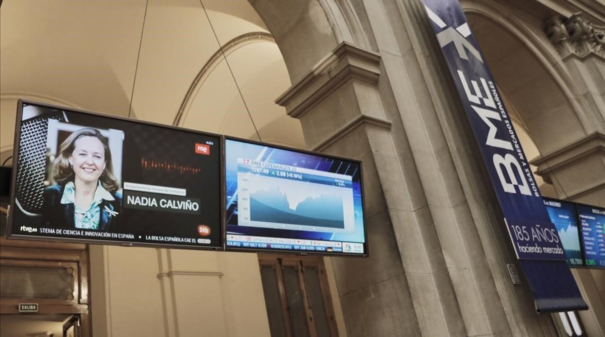 El televisor del Palacio de la Bolsa informa de la derrota de Calviño, ayer.