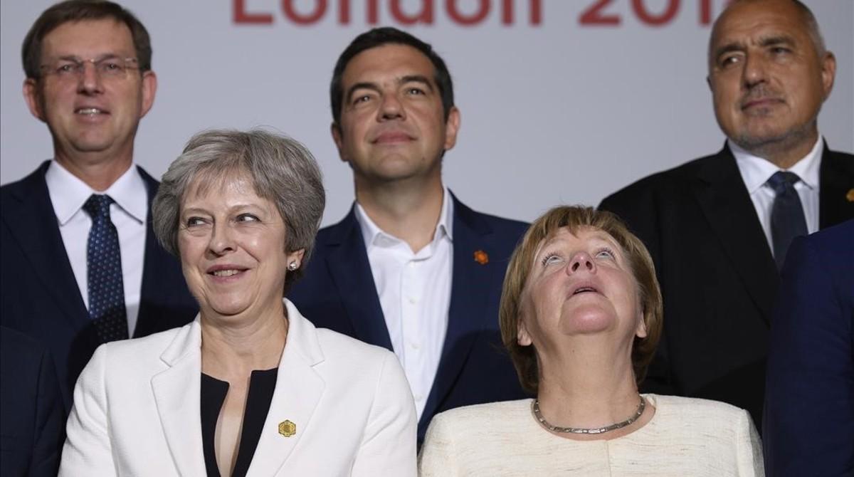 Theresa May y Angela Merkel con otros dirigentes durante la cumbre de los Balcanes occidentales.