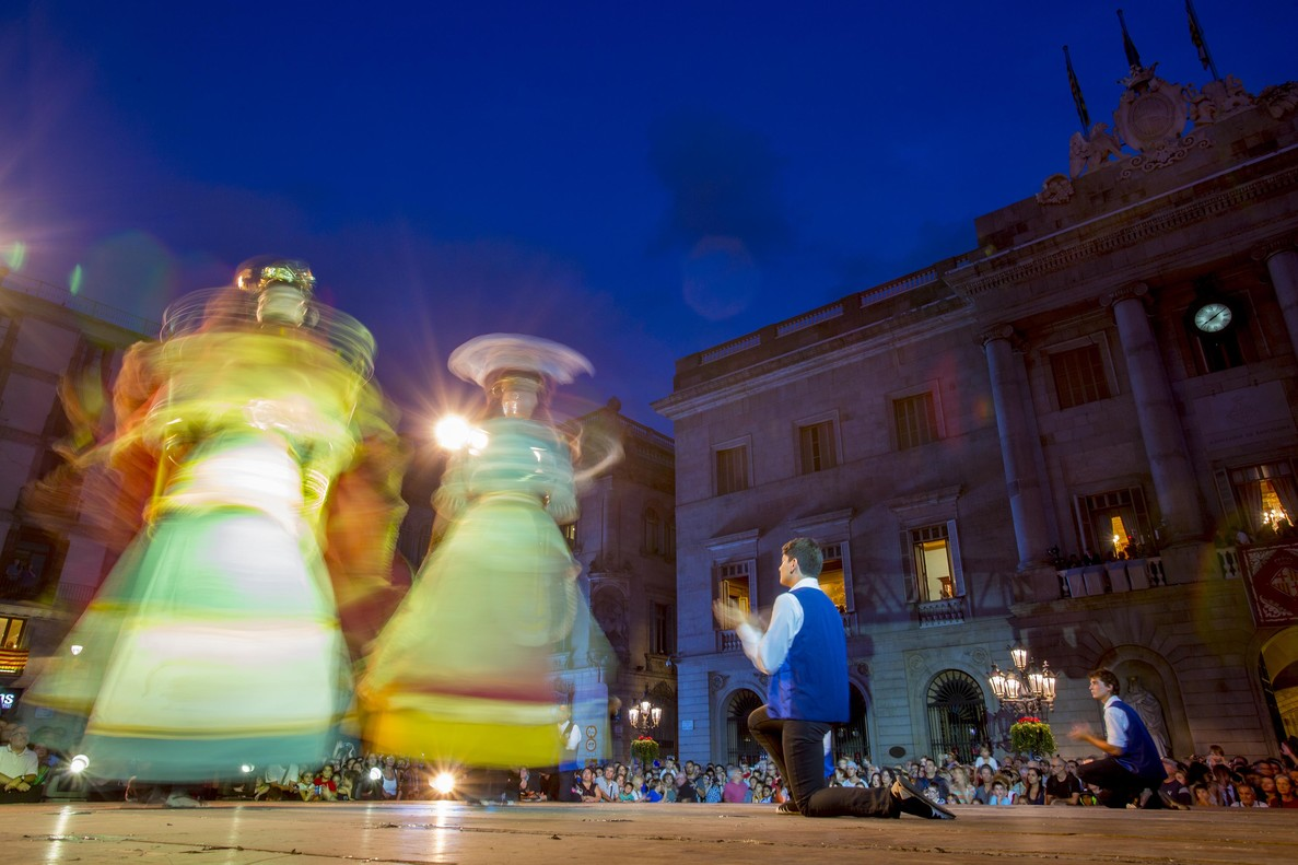 Toc d'inici del Ball de gegants en la plaza Sant Jaume.