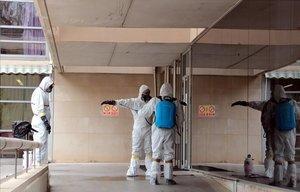 Trabajos de desinfección en la residencia Llar de Sant Josep de Lleida, a principios de abril.
