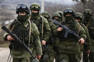 Tropes prorusses, a lexterior duna base ucraïnesa a la localitat de Perevalnoye, a Crimea.