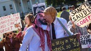 Un manifestante con careta de Trump besa a otro con una del príncipe saudí Mohamed bin Salmán