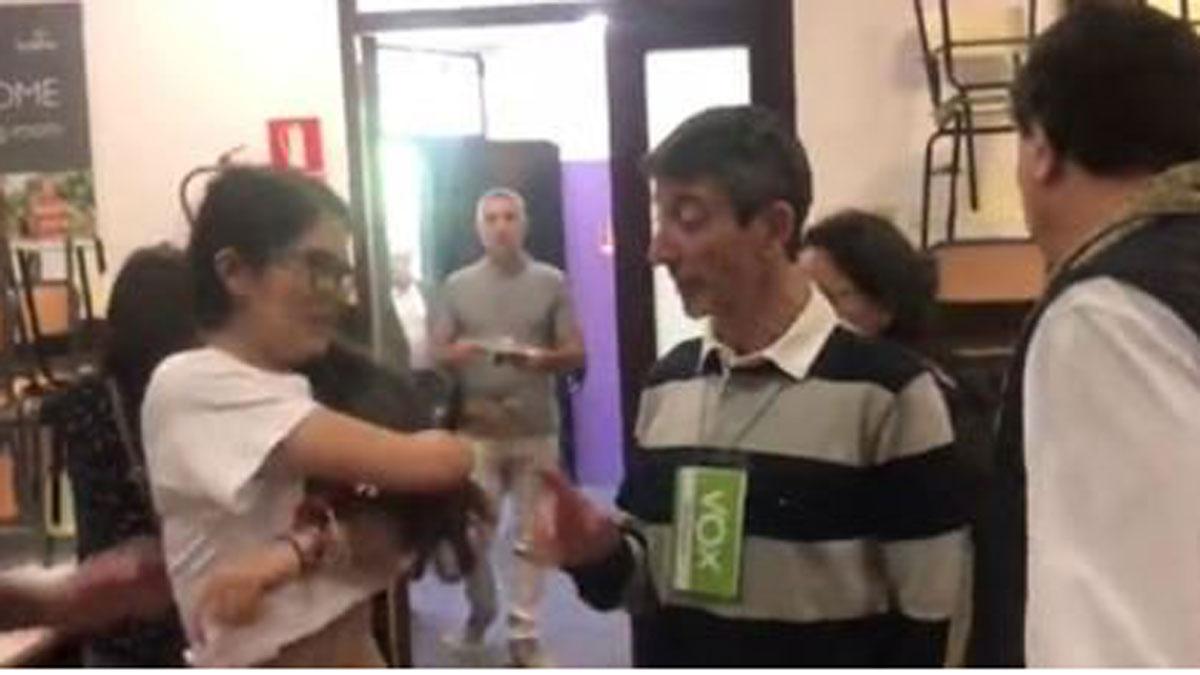 Bronca entre una apoderada de ERC y uno de VOX por una camiseta sobre los políticos presos.