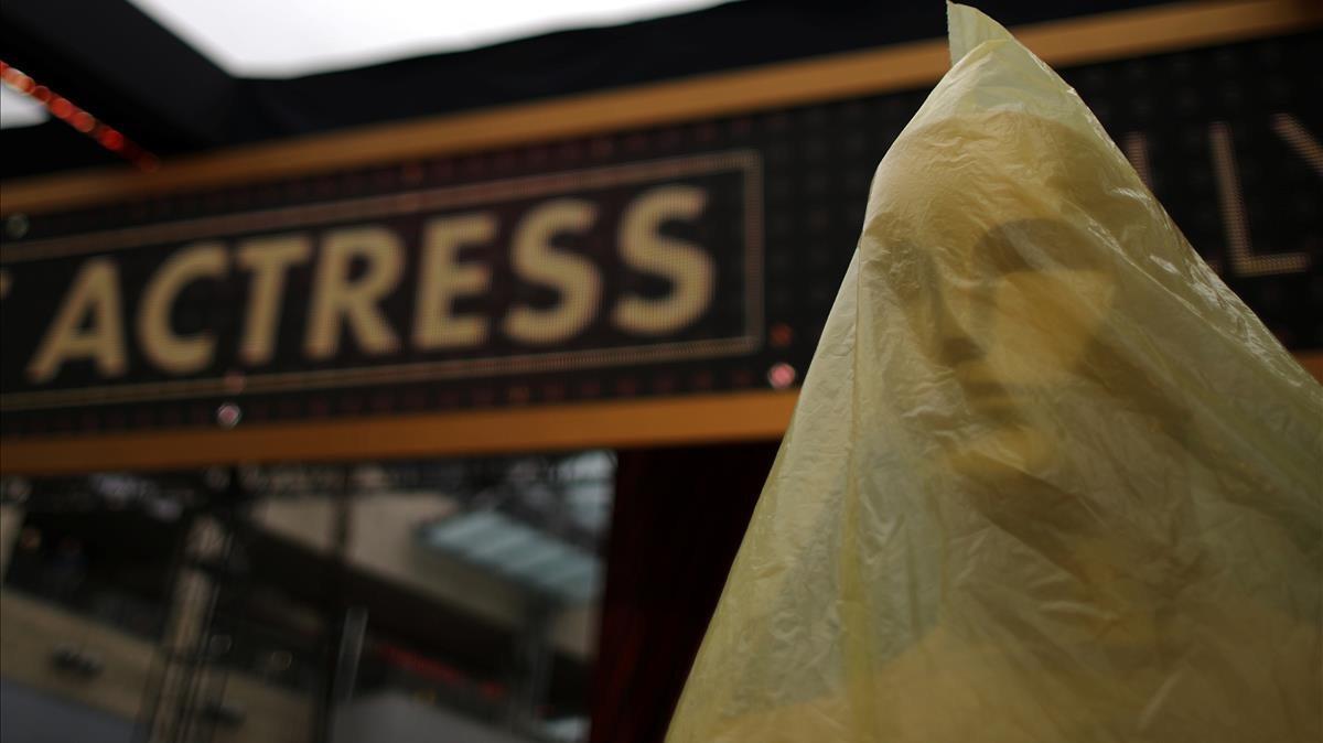 Una estatua de los Oscar embalada durante los preparativos de los premios de la Academia de Cine.