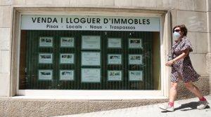 Una mujer pasa por delante del escaparate de una inmobiliaria de Barcelona, el pasado 1 de julio.