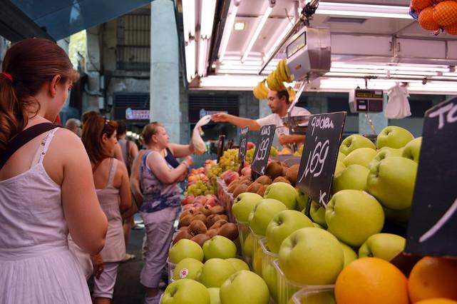 Una parada de frutas en el mercado de la Boqueria, en Barcelona.