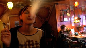 Una turista fuma un porro en Amsterdam.