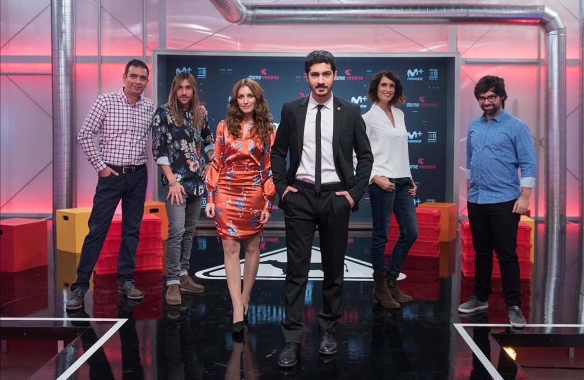 El actor Chino Darín, con el equipo de colaboradores de 'Dame veneno'.