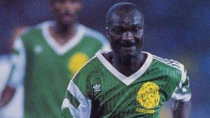 El delantero camerunés Roger Milla durante un partido con la selección.