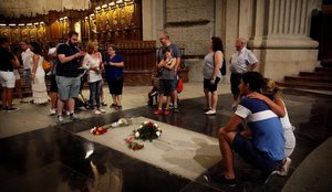 Unos turistas se fotografían ante la tumba de Franco en la basílica del Valle de los Caídos.