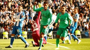 Varane celebra el primer gol del partido en el Bernabéu.
